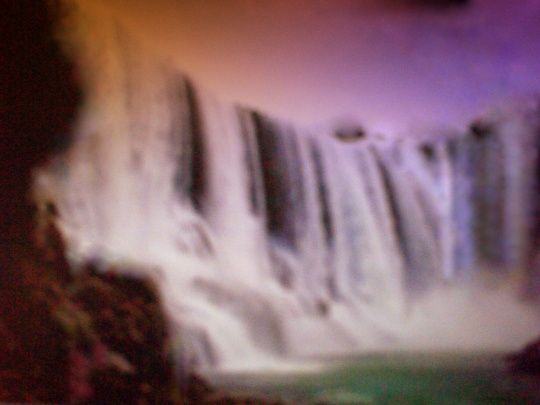 Ao por do sol a névoa que subia das quedras d'àguas, douvava a paisagem. Este fenônimo é que deu origem ao nome Cachoeira Dourada.