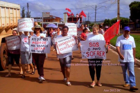 O povo fez passeata em prol da Educação.